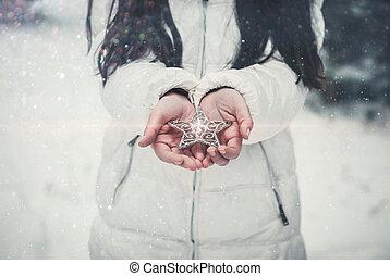 mulher, estrela, inverno, time., segurando, hands.