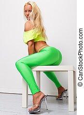 mulher, excitado, sporty, loura, verde, leggings