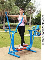 mulher, exercitar, com, exercite equipamento, parque
