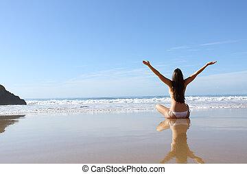 mulher, férias, celebrando, biquíni, praia, feliz