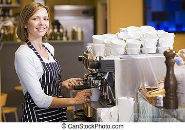 mulher, fazendo café, em, restaurante, sorrindo