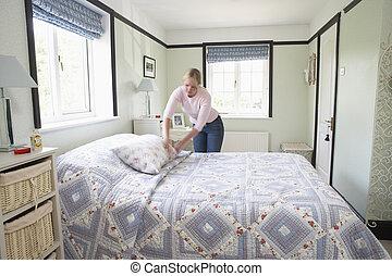 mulher, fazendo cama