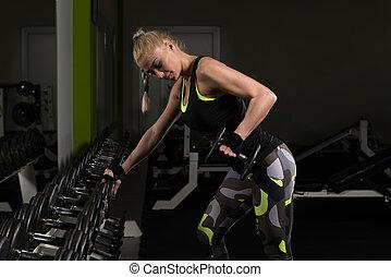 mulher, fazendo, costas, exercício, com, dumbbells