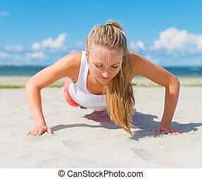 mulher, fazendo empurrar-ups, ligado, a, praia.