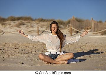 mulher, fazendo, ioga, ligado, um, praia