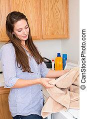 mulher, fazendo lavanderia