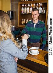 mulher, fazendo pagamento, através, smartphone