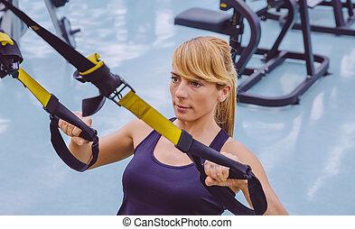mulher, fazendo, suspensão, treinamento, com, condicão física, correias