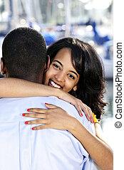 mulher feliz, abraçando, homem