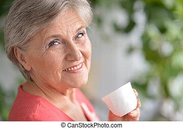 mulher feliz, aposentado