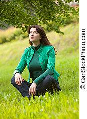 mulher feliz, capim, jovem, sentando