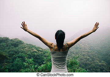 mulher feliz, com, braços estendidos, desfrutando, a, vista, ligado, manhã, vale montanha