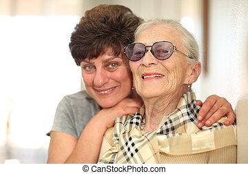 mulher feliz, com, idoso, mãe