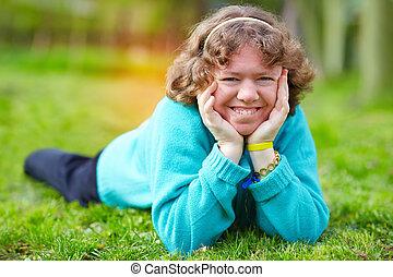 mulher feliz, com, incapacidade, tendo divertimento, em, primavera, parque