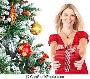 mulher feliz, com, presente, perto, natal, árvore.