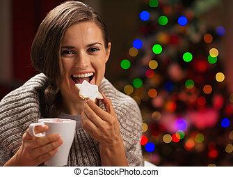 mulher feliz, comer, bolinho christmas, e, bebendo,...