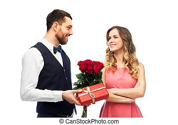 mulher feliz, dar, flores, presente, homem