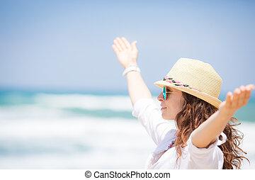 mulher feliz, desfrutando, praia