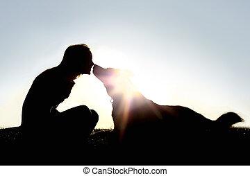 mulher feliz, e, cão, exterior, silueta