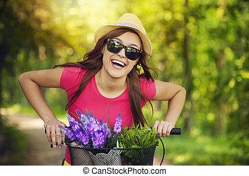 mulher feliz, gastando, tempo, em, natureza