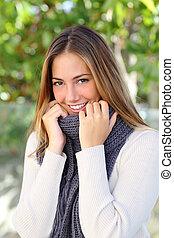 mulher, feliz, gelado, inverno, suéter, embrulhando