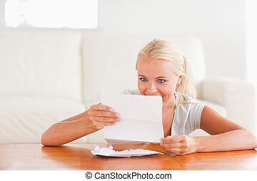 mulher feliz, lendo uma letra