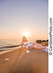 mulher feliz, liberdade, desfrutando, sentimento, praia, sunset.