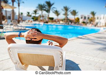 mulher feliz, mentindo, ligado, um, lounger, por, a, piscina, em, a, hotel