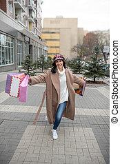 mulher, feliz, muitos, segurando, agradável, bolsas para compras