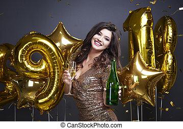 mulher feliz, posar, com, champanhe