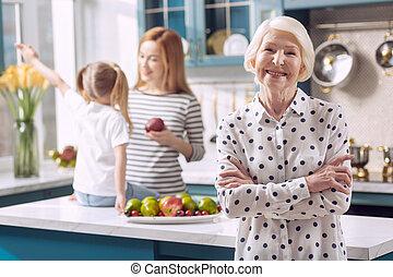 mulher feliz, posar, idoso, cozinha