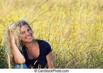 mulher feliz, prado, relaxante, maduras