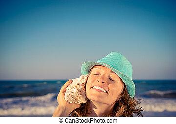 mulher feliz, praia