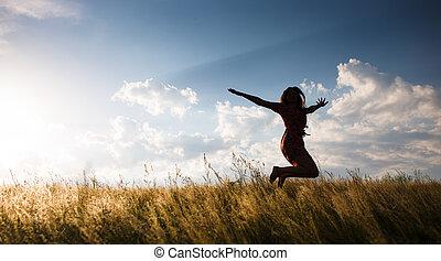 mulher feliz, pular, a, prado, em, a, pôr do sol