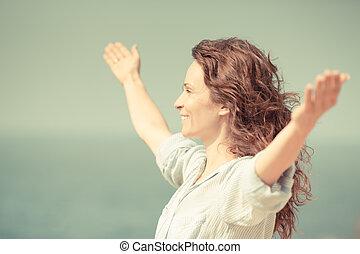 mulher feliz, relaxante, praia