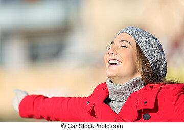mulher, feliz, satisfeito, inverno, respirar, ar fresco