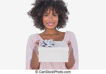 mulher feliz, segurar um presente