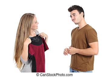 mulher feliz, shopping, dela, roupas, tentando, namorado