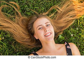 mulher feliz, topo, sorrir., grama verde, relaxado, mentindo, vista