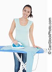mulher, felizmente, fazendo, a, ironing