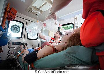 mulher ferida, necessidades, oxigênio, em, ambulância