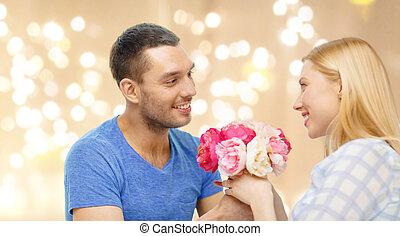 mulher, festivo, dar, sobre, luzes, flores, homem
