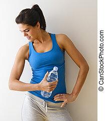 mulher, flexionando músculo
