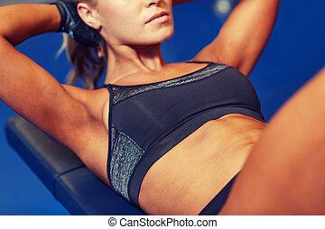 mulher, flexionar, músculos abdominais, ligado, banco, em, ginásio