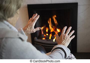 mulher, fogo, mãos, lar, sênior, warming