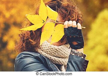 mulher, folhas, outono, parque, amarela, outono, ao ar livre