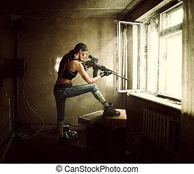 mulher, franco-atirador, e, soldado, apontar, rifle, em, janela