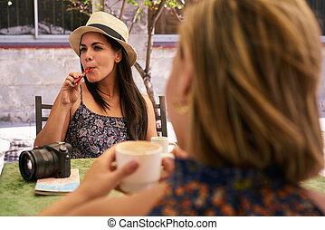 mulher, fumar, eletrônico, cigarro, café bebendo, em, barzinhos