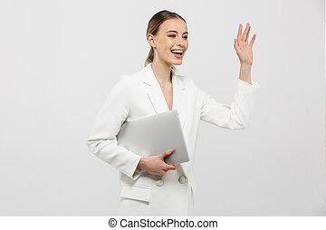 mulher, fundo, parede, sobre, waving., isolado, espantoso, computador, posar, segurando, branca, laptop