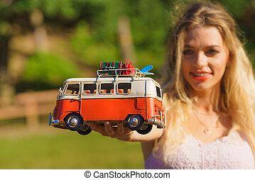mulher, furgão, hippie, objeto, segurando, modelo